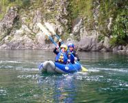 ダッキーとは空気で膨らましたカヤック。基本操作もさほど難しくなく、安定性もあるから気軽に川下りが楽しめます。
