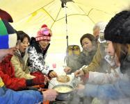 ランチは、テントの中でアツアツのチーズフォンデュと焼きマシュマロ♪