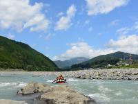 開放的な富士川でラフティング!