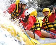 水しぶきをあげて、みんなで漕いで、瀬(激流)につっこみます!