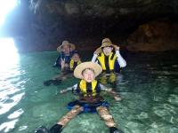 崖の下洞窟内のタイドプールで一休み。涼しくて、ひんやりとしていて「あ~!最高!」