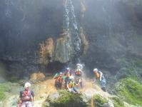 地元の人でも知らない秘密のスポット、温泉が流れる天然の滝に打たれましょう!
