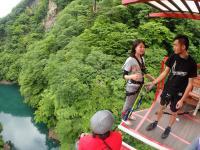 エメラルドグリーンの湖と緑色に染まる山々、赤い橋のコントラストが眩しい猿ケ京は、自然豊かな抜群のロケーション。