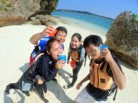 カヤックも無人島探索もシュノーケリングも…沖縄の海遊びを半日で満喫できちゃうよくばりツアー!