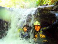 小滝の下で水の流れをザブザブ浴びて気分爽快!