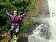 滝つぼへ向かってジャーンプ!