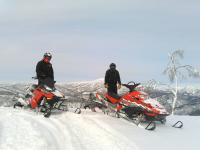 手付かずの自然が残された雪山をスノーモービルで走行!徹底した安全管理を行っています。