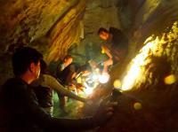 洞窟内ではエメラルドグリーンの湧き水や門外不出の鍾乳石の赤ちゃんを見学することが出来ます