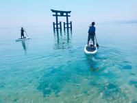 絶景ビーチから行く、フォトジェニックなパワースポット!湖に浮かぶ大鳥居をSUPでくぐれる