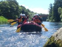 夏は穏やかな川で飛び込みやバランスゲームなどたくさんの川遊びを体験できます