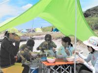 昼食は皆で海辺で!アウトドアランチは絶品