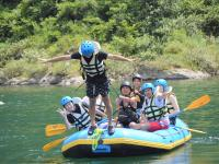 漕いで遊んで、全力投球!川下りだけじゃない、あそび満載ラフティング