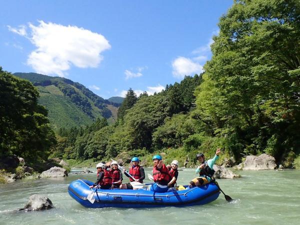多摩川は一年中安定した水量で楽しめるラフティングコースです。水質もバツグン!東京都は思えない大自然を満喫!