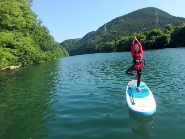 立って乗るだけがSUPじゃない!自由なスタイルや乗り方で、川遊びを満喫できるのがSUPの魅力!