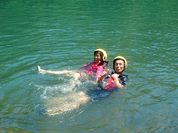 カヌー体験をしながら川遊びも満喫!暑い日は川に飛びこんでリフレッシュ!