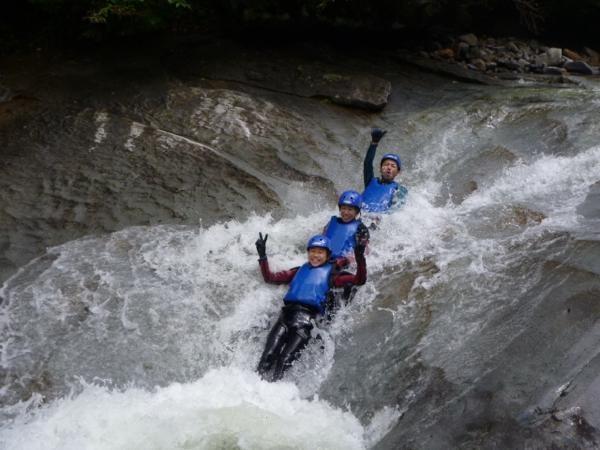 コースに点在する大小さまざまな滑滝(なめたき)。天然ウォータースライダーは爽快感抜群!