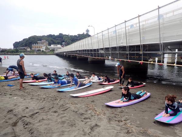 まずは、ビーチで陸上講習。基本練習後、いよいよ海に入ります。