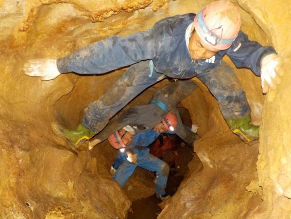 10mの竪穴に挑戦!岩に張り付きゴールを目指せ!(※状況により別コースとなる場合もあり)