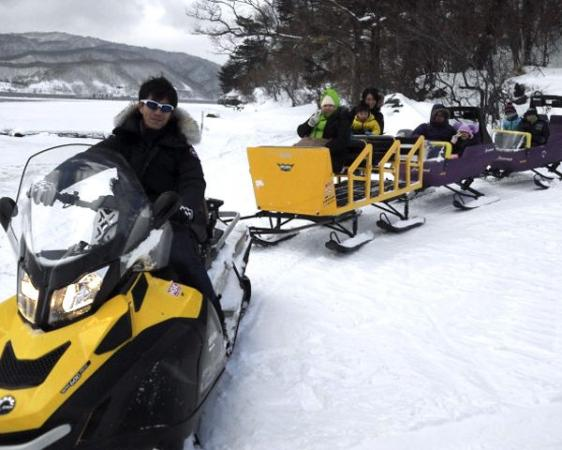 結氷期は、スノーモービルで釣りポイントに送迎!雪の林道を景色を楽しみながら進み、視界開けるとそこが桧原湖です