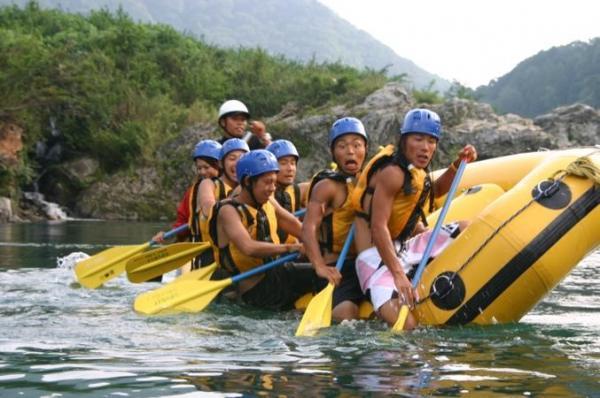おちゃめなスタッフと子供に戻って水遊び!単純に川下りするだけでなく楽しい水遊び満載!