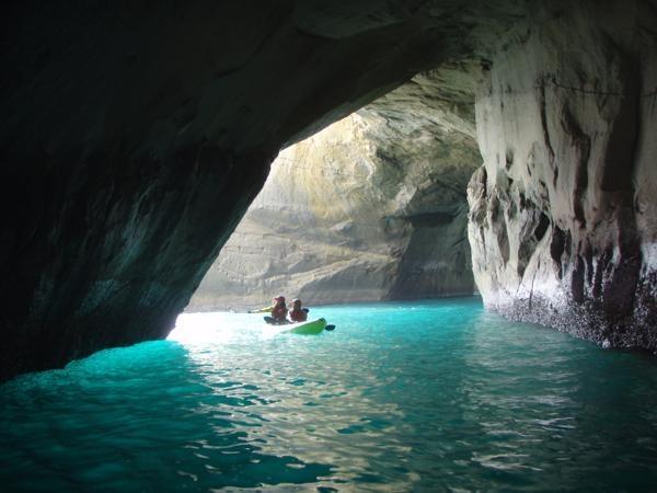 洞窟に射し込む太陽の光は、白い海底の砂地に反射して、こんな幻想的な色をしています。