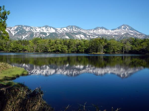 【知床五湖】知床五湖の美しい姿。湖面に知床連山がきれいに映し出されたらその感動は何倍にもなります。