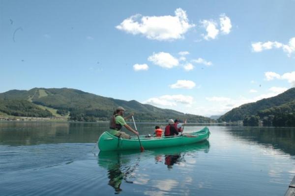 2歳〜楽しめる《ランチ・ピクニックカヌーツアー》は、ご家族に大人気!カヌーの操縦はガイド任せ、水遊びを満喫!