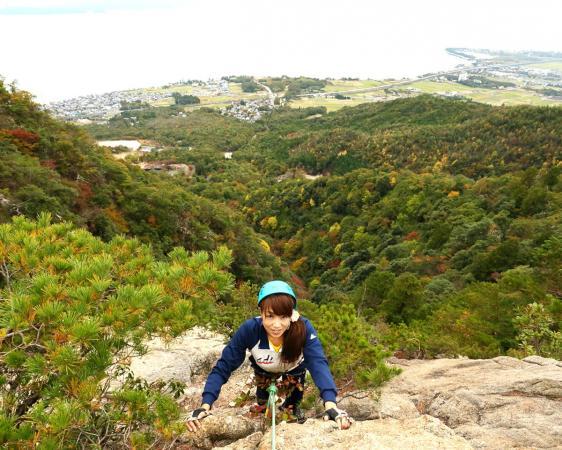 ≪獅子岩コース≫最大50mの獅子岩を登り切ったら、眼下にドカ〜ンとびわ湖を一望できます。