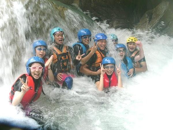 川底まで見える透き通った川の水と、花崗岩の白い岩に囲まれたとっておきの沢で川遊びを満喫!