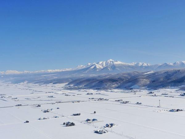 【冬】:上空から眺める大雪原、この時期しか体験できないスピード感満点の低空飛行も楽しめます。