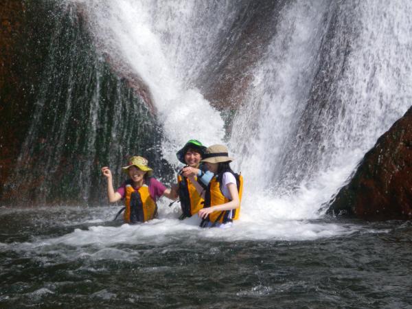 海に流れ込む滝での水浴び!