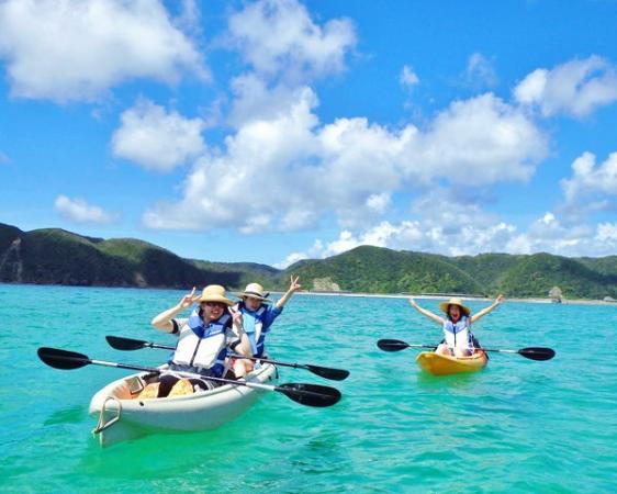 透き通るようなエメラルドグリーンの海をカヤックで体験するツアー。期待と高揚感を胸にシーカヤックに挑戦してみよう!