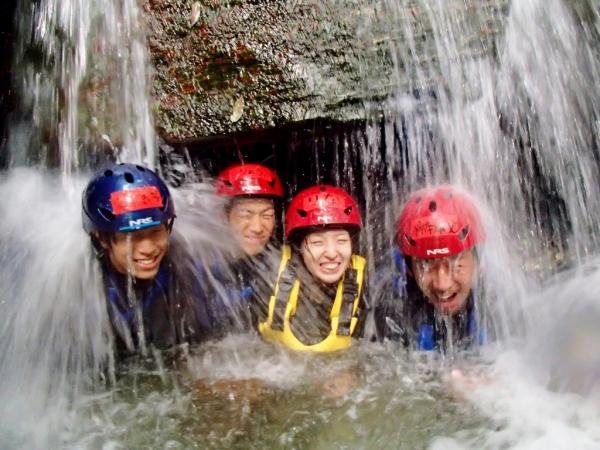 滝裏に全員集合!水のカーテンが不思議な感じ
