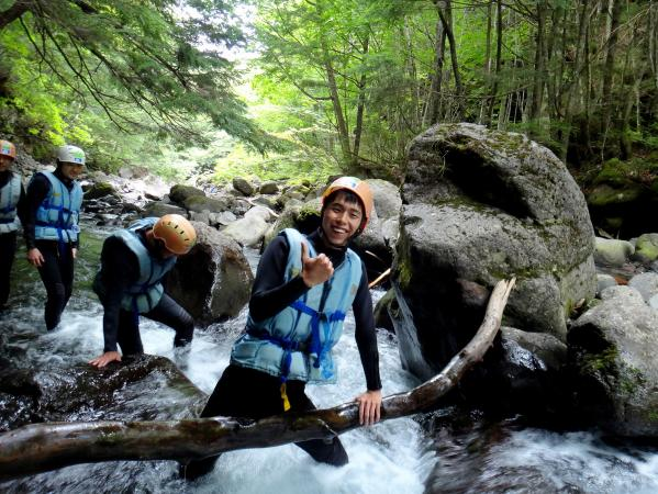 オオシラビソやトウヒが立ち並ぶ森、その中を流れる透明度抜群の渓流でシャワークライミングが楽しめます。