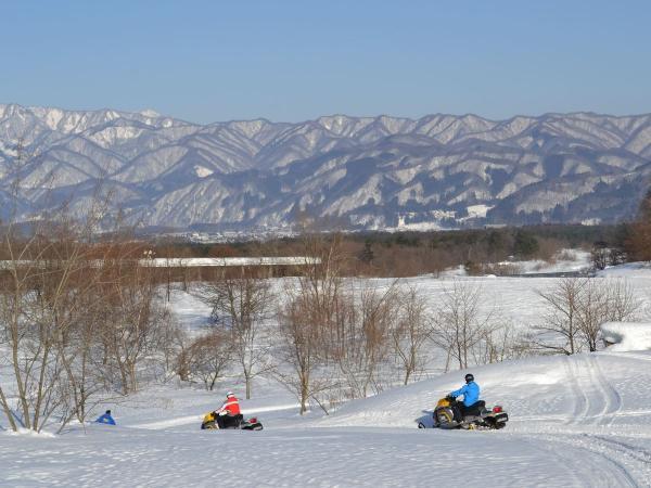 スピード感満点!周囲を山々に囲まれた、自然豊かで変化にとんだ地形をスノーモービルで爽快に走ります!