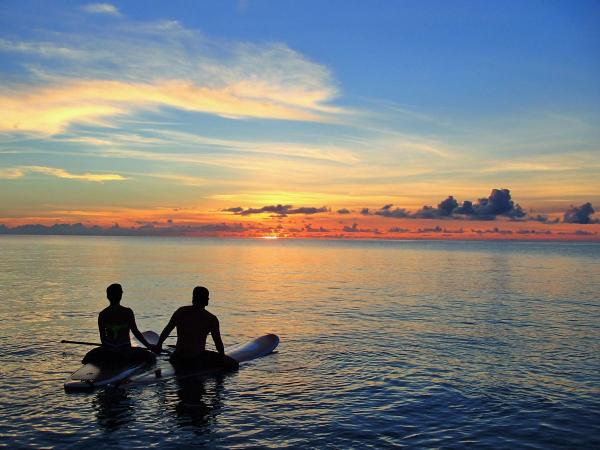 人気の「サンセットツアー」は、プライベートビーチやSUPの上で沈む夕日をゆったり楽しみます。