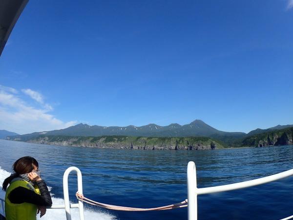 海から知床を眺めるツアーも