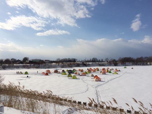 冬の風物詩!北海道で氷上ワカサギ釣り体験!