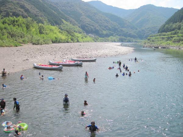 おだやかな流れの場所で、ボートをおりて水遊び♪