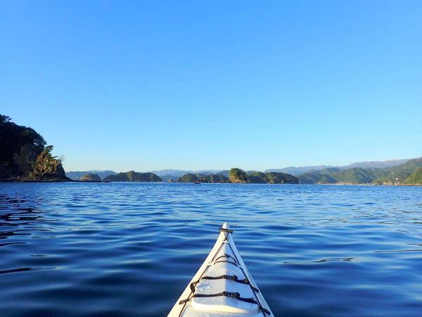 リアス式海岸や小島など、独特の景色が楽しめます。