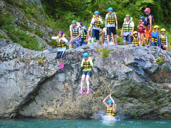 巨大な天然岩から大ジャンプ!