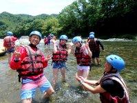 緩やかな流れの場所では川に入って遊ぼう!