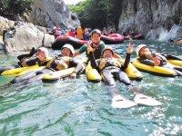 流れの緩やかな所はのんびりと。水上の美しい渓谷と澄んだ水が気持ちいい!