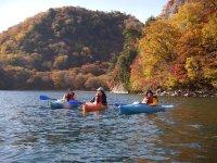 燃えるような紅葉が、湖面をも色づかせます。みんなで漕ぎ出して、カヤックから眺めよう!(※10月中旬~下旬ころ)