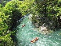 川底が見えるほどに澄み渡る清流や渓谷美、ラフティング以外の楽しみも充実!