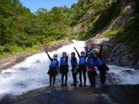 【東黒沢コース】目指すはコース上部にある落差30メートルの絶景、ハナゲの滝!