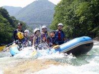 7月以降は、小学生(身長120㎝以上)も参加OK!ご家族で川遊びをお楽しみいただけます。