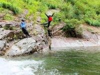 ジャンプしたり、小さい滝を潜り抜けたり…遊べるところはあますところなく遊び尽くす!