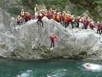 夏の時期のツアーは、飛び込みや天然ウォータースライダーなど川遊び盛りだくさん!