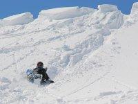 登ったら滑る!高度差150mを一気に下る「ケツ滑り」がスノースライダーのメインイベント!
